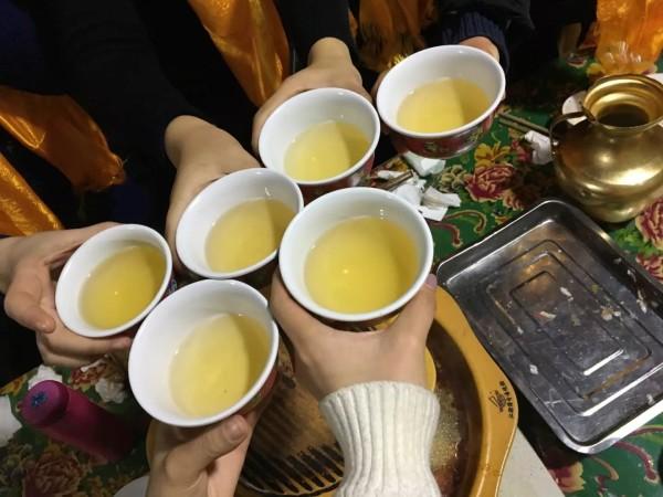 因為這頓飯慢慢認識團友,大家很開心的舉杯吃飯,一個人的旅途不再孤單圖片