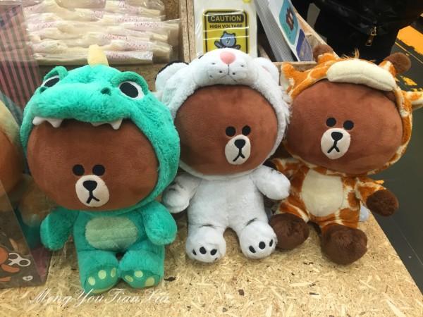 右手边穿着长颈鹿服装的布朗熊,最是可爱,萌得让人的心都要融化啦!