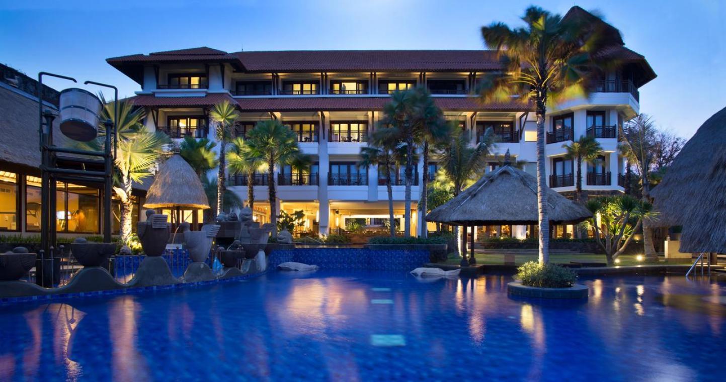 必读 Holiday Inn Resort Bali Benoa度假酒店距离热门的Bali Collection Shopping Complexes购物区和巴厘岛国际会议中心(Bali International Convention Centre)有5分钟的车程。 距离近的机场巴厘登巴萨国际机场(Bali Denpasar International Airport)8公里。 海滩距离住宿有分钟步行路程。 贴士 Holiday Inn Resort Bali Benoa度假酒店提供海滨住宿,设有四个室