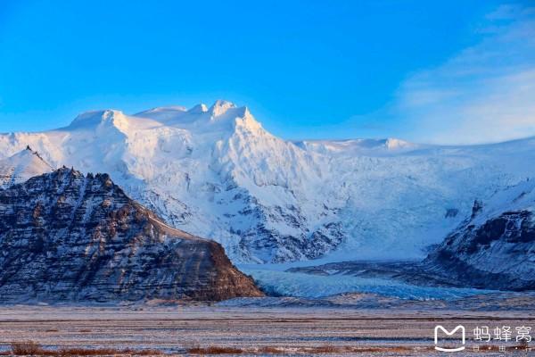 令人奇特的是在瓦特纳冰川地区还分布着熔岩,火山口和热湖.