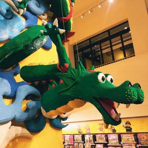 这是乐高店内积木搭成的恐龙
