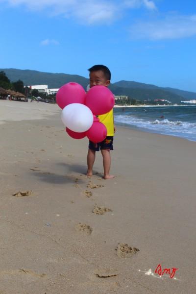 沙滩上留下那一行行小脚丫,那是一副唯美的画!