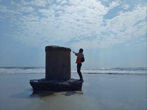 海南 游记  下午接近傍晚时分到达东海岛,直往龙海天海滩寻找露营地.