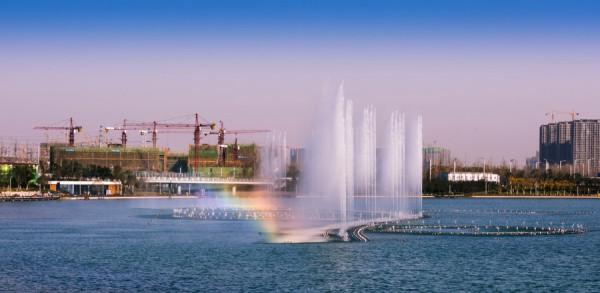 水是城市的脉络与灵魂,有了水,城市才能灵动起来。双鹤湖中央公园目前整体水域面积为620亩,占园区一期项目总体面积的25%。城是新建城,水是新入水。城是眉峰聚,水是眼波横。水与城的交融编织出科技生态的现代城市环境,也碰撞出浪漫的故事气息。  双鹤湖片区城市规划展示图 双鹤湖中央公园一夜间为大众知晓便是开始于园中的水,莲鹤湖中的大型音乐喷泉自启动仪式起,持续半月每天2万人的观看量,市民群众的口口相传,加上各大媒体的竞相报道,让园区一夜之间站到了热度的顶端。  双鹤湖片区建设初期,鹤之灵音乐喷泉壮观景象