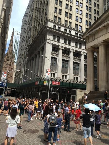 ▲特朗普大廈   過去只知道特朗普有錢今見到華爾街的 \ 特朗普大廈 \ 才知   美國   這條街一跺腳全世界鬧地震.