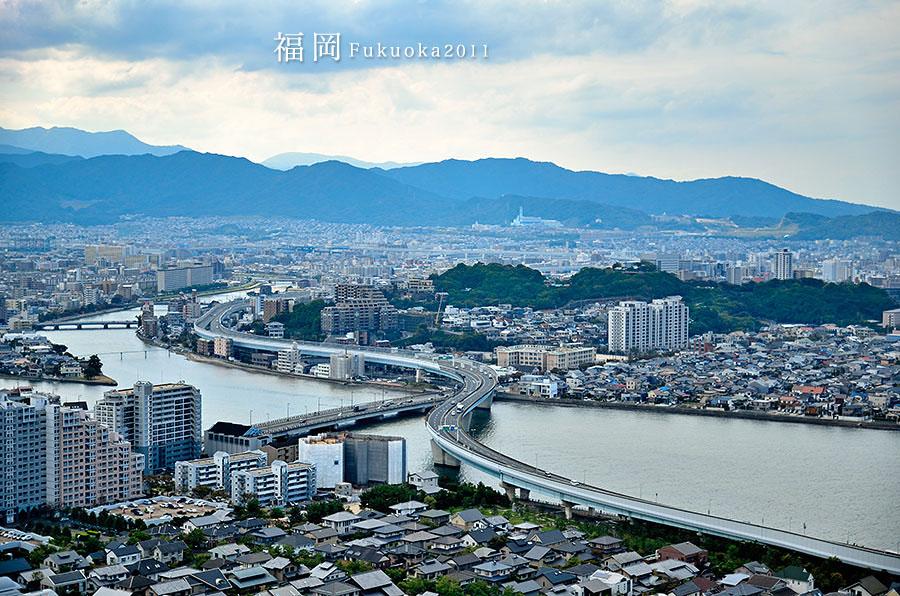 """福冈县位于日本九州岛北部,东北部濒临周防滩,西北部面对玄海滩,西南部面对有明海,三面临海,交通发达。因靠近朝鲜半岛和亚洲大陆而被称为亚洲的大门。同时也是连接九州岛与本州岛的交通要冲,是九州岛上最大的县,是九州政治经济文化的中心。福冈渔业发达,水产品丰富,有食在福冈""""之称。位于福冈县的博多市是日本拉面和人偶的故乡,每年春天都会举行的港口祭典博多假日。作为九州岛中最大的城市,福冈县是旅游,购物,休闲的绝佳去处。"""