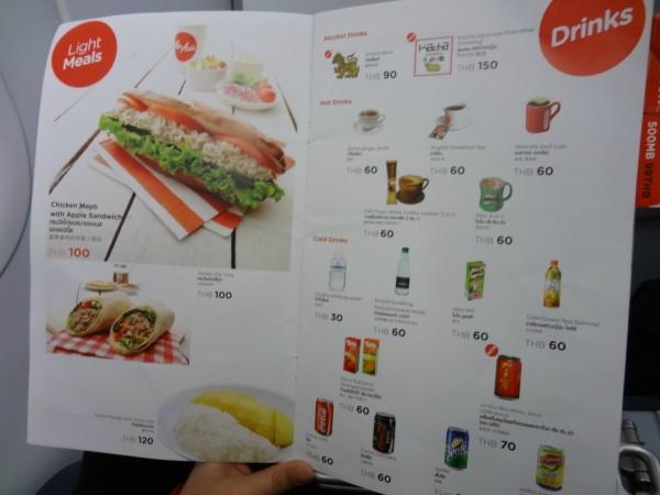属于廉价航空的亚航机上喝的吃的都是需要自费的,包括水.