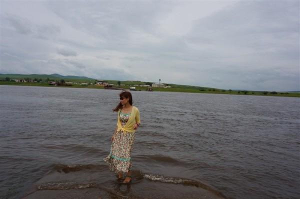 看似短短数米的距离 想要游到对岸是不可能的 岸边可都是24小时有哨兵站岗的   河的对岸就是   俄罗斯   的小村庄   据说夏天经常可以看到对面的村民 在河边洗澡(不知是美女还是壮汉   ) 洗衣服 不知真假   河面上巡逻的快艇