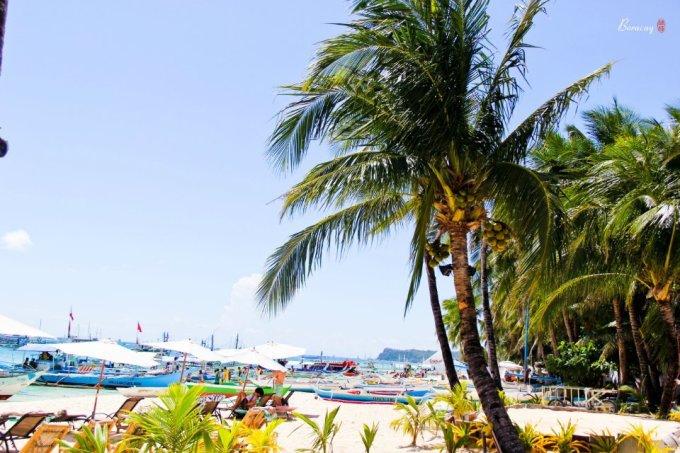 1、全年常夏的岛屿平均温度在23到36摄氏度之间。 11月到来年2月气候温暖干燥,气温在25-28之间,是最舒适的季节,也是旅游旺季。 长滩岛的夏季从3月到5月,阳光充足而炎热,气温在22-32之间。 6月到10月是雨季,被认为是长滩岛上的淡季。雨季虽说雨比较多,但都比较短,雨量也不是非常大。6月、7月、8月和9月是下雨最多的时候,还有刮台风,所幸台风不大,除了不能出海游玩,不会造成灾害。 2、防晒要注意,我就是完全没有防晒,没有防晒衣,没涂防晒霜,然后回来就脱皮了,我还是个孕妇如果防晒霜没带,这里