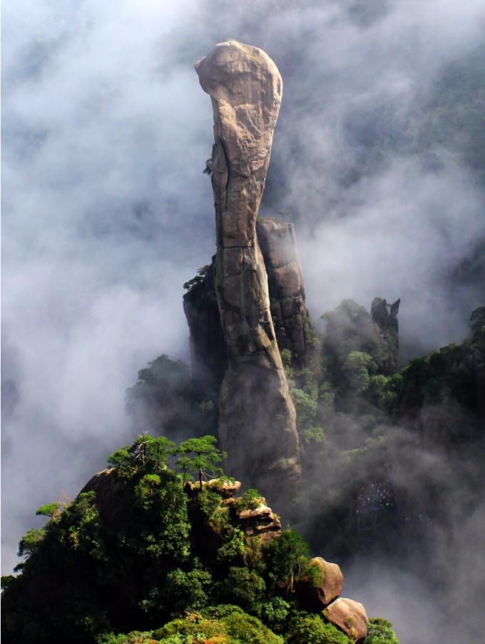 时而视觉开阔,形似一硕大蟒蛇破山而出,直欲腾空而去;时而云雾缭绕