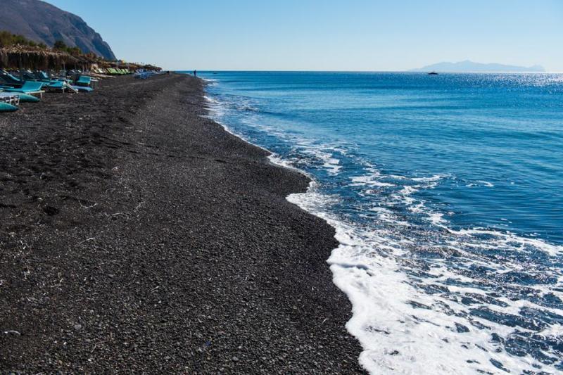 欧美海滩天体浴囹�a_而且除了少有的黑色沙滩地貌,这里还可以晒天体浴哦!
