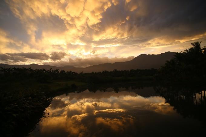鲜艳的色彩好像水彩笔画上去的一样,随便一拍就是一张风景画 夕阳下的