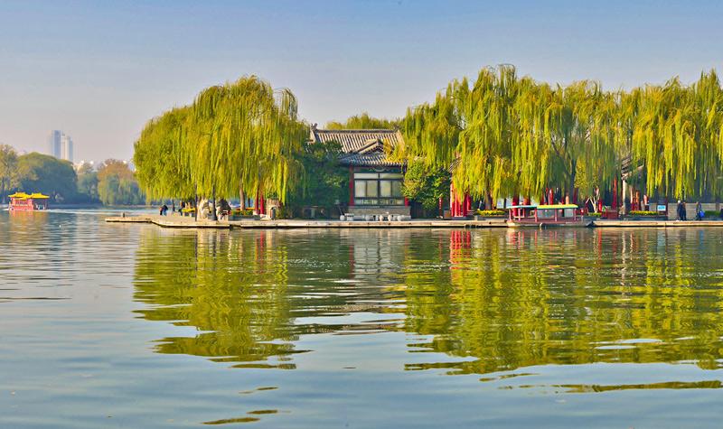 大明湖 济南三大名胜之一 大明湖湖水来源于珍珠泉,濯缨泉,王府池等