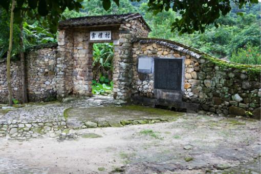游览一条历史悠久,充满神奇色彩的古村—【石头村