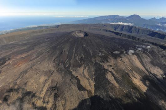 """富尔奈斯火山+火山博物馆一日游 7:00  乘车前往富尔奈斯火山""""Piton de la Fournaise"""" (南部酒店7:30出发). 富尔奈斯火山位于留尼汪岛的东南部,是世界上最活跃的火山之一!沿途您会发现多彩多样与众不同的风景。 8:15  在牛鼻山Nez de Boeuf逗留拍照,俯瞰恢弘的朗帕尔河山谷 Rivire des Remparts Canyon."""